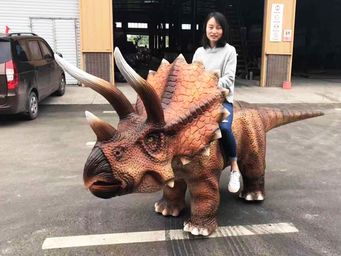 Four legs walking Triceratops ride for amusement playground